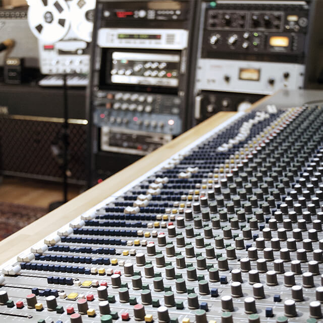 Mixerkonsol i studie i Vanløse. professionel Mix og mastering